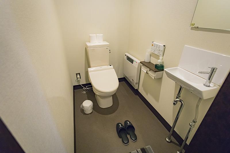 簡易水洗だったトイレは、水洗式にアップデート。ここにも暖房付きでぬくぬくです