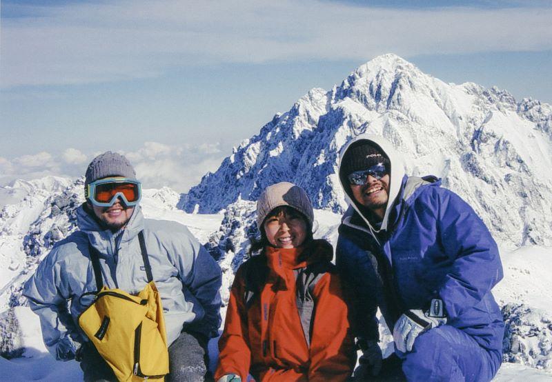 冬の剱岳にて。左が高橋さん、右端が豊田さん(提供写真)