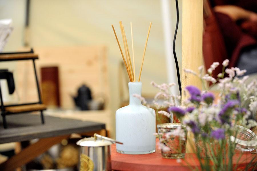 6つくらいの香りから選べたフレグランス。豪華なテント内がさらに優雅な空間に。