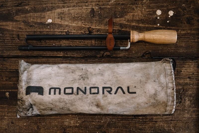 完成した火吹き棒「ブレス・トゥ・ファイヤ」とMONORALの焚き火台の袋