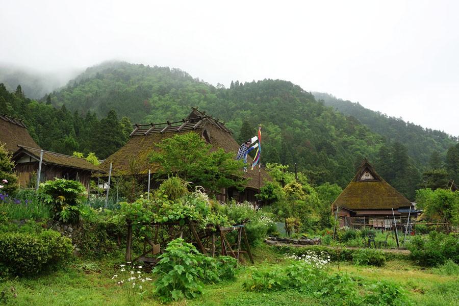 京北を北に車で30分。美山の茅葺きの集落を訪れたり