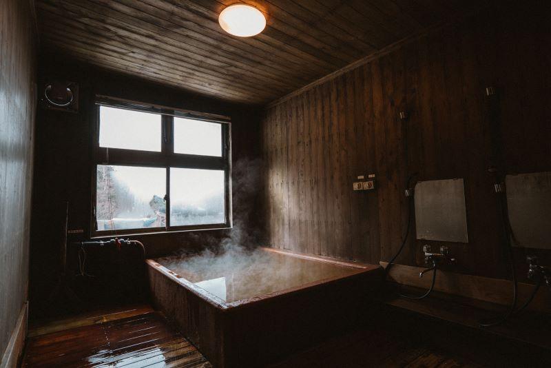 夏沢鉱泉のお風呂は加温しているが源泉100%の温泉。メタケイ酸が多く含まれ、美肌効果抜群