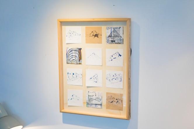 剛さんが「稜線がとても好み」というスイスの山々の原画。『Drawing Artwork Studio』主宰の伊藤佳美さんがスイスでハイキングガイドをしたとき描いたものだそう