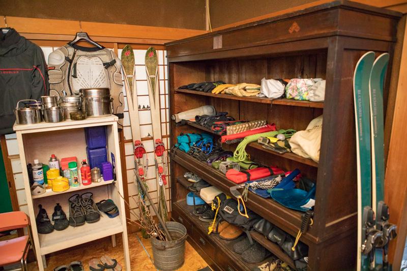 古道具の存在感は部屋のアクセントに。取り出しやすいような陳列もポイントです