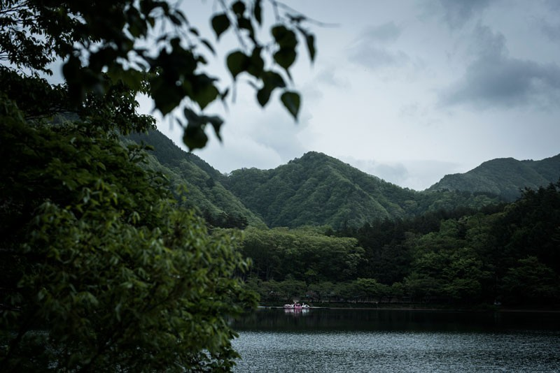 四方から雲が湖面に降りてくる