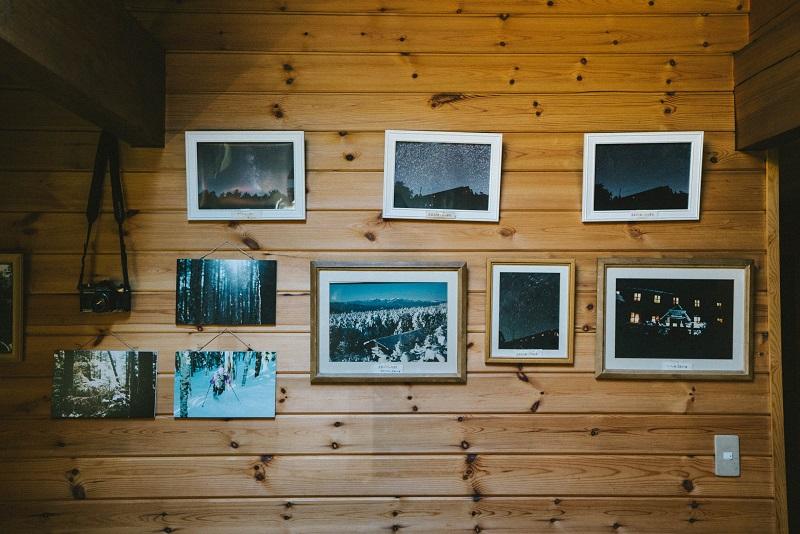 食堂の壁は常連さんが撮影した写真のギャラリー