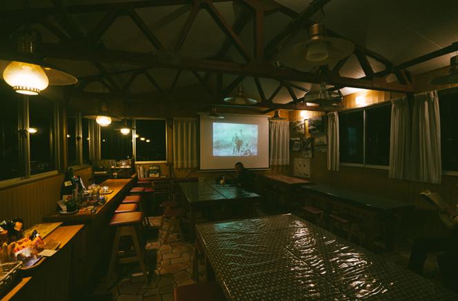 三俣山荘の「展望食堂夜の部」では黒部源流の歴史のスライドを上映している