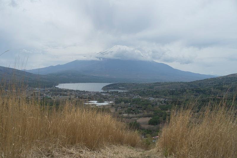 ゴール間近。富士岬平からの山中湖と富士山の眺め。