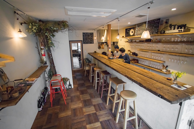 店内の家具や照明、器は、県内の作家さんによるもの。壁は漆喰を塗ってナチュラルな雰囲気