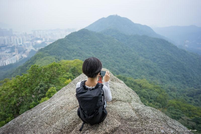 X-PAC素材の美しさに惹かれ、同素材を仕様したバックパックを自作。写真は、香港に行った際、香港の友人に地元の山を案内してもらった時のもの(写真提供:klasn.com)