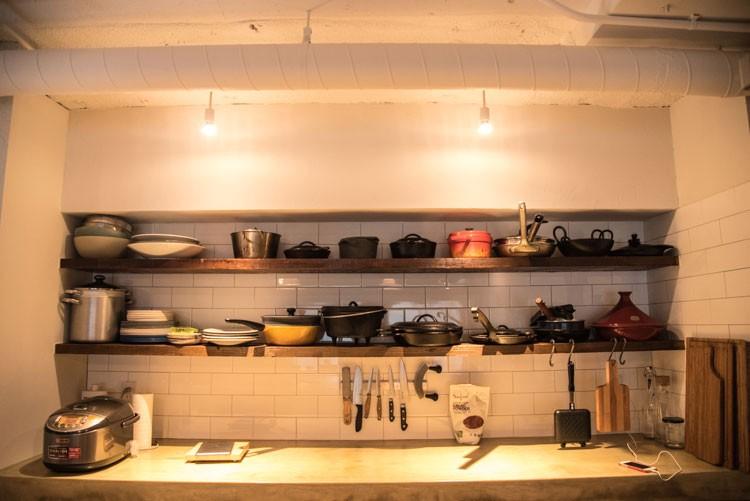 アウトドア道具の収納のように、キッチンツールも取り出しやすいシステム