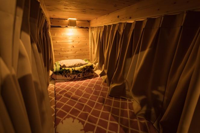 客室は上下二段に分かれており、それぞれに布団、毛布、枕を完備