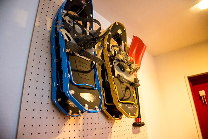 玄関にはスノーシューやスコップなど、冬期に出番の多い道具をディスプレイ収納