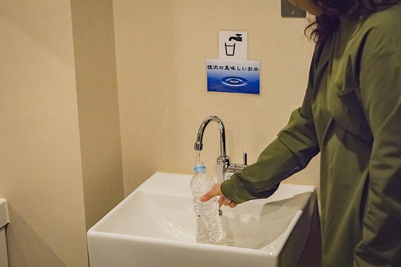 ペットボトル等に水が汲みやすいようにと、深めに設計された水場。ぬかりのない配慮に、頭が下がります