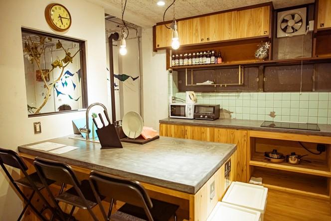 宿泊者同士がコミュニケーションしやすいよう、共有キッチンは対面式のアイランドキッチンに