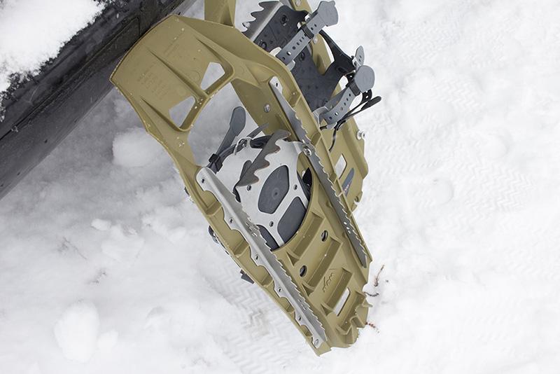 MSRの定番モデル「EVO」。フレームは樹脂ですが、しっかりした金属製のブレードが装着されています。足を載せる部分はシーソー状に可動する仕組みになっており、斜面を登る時でも足は水平を保ち、つま先を食い込ませながら登ることが出来ます。