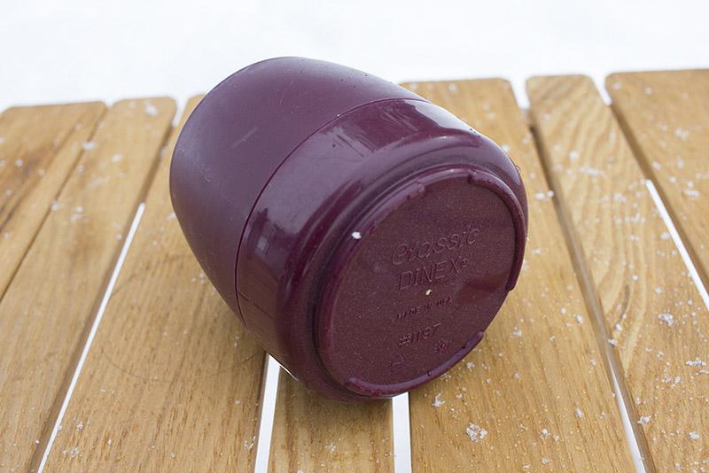 ダイネックスの「クラシック・マグカップ」。底面中央の穴から断熱材が入っていることがわかります。値段も安く、一番入手しやすい保温カップと言えるでしょう。