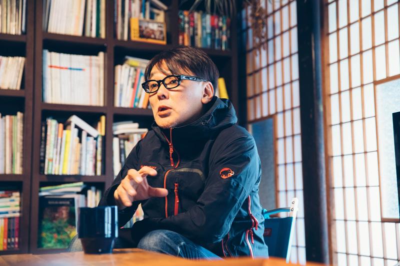 浩さんの本棚には、音楽/文化/スポーツ/民俗学これまでの取材内容がうかがえる本が並ぶ
