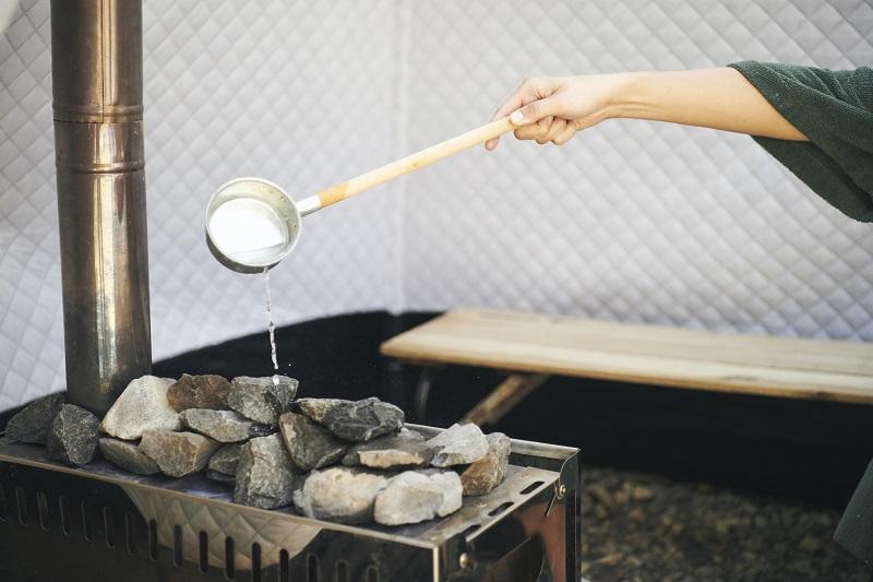 石(サウナストーン)にかける水には、樹木系の精油を混ぜることも。ロウリュすると、癒しの香りがふわぁ~っと広がっていきます