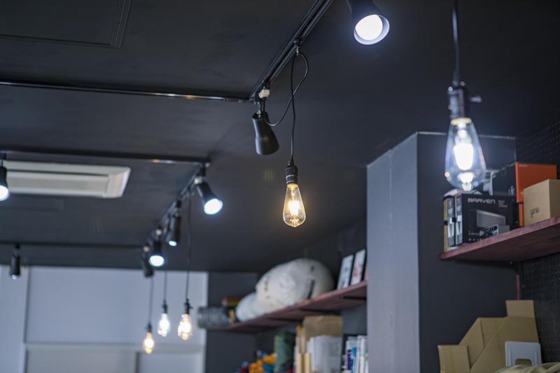 ライティングレールも新たに設置し、好きなところに照明を落とせるように改造