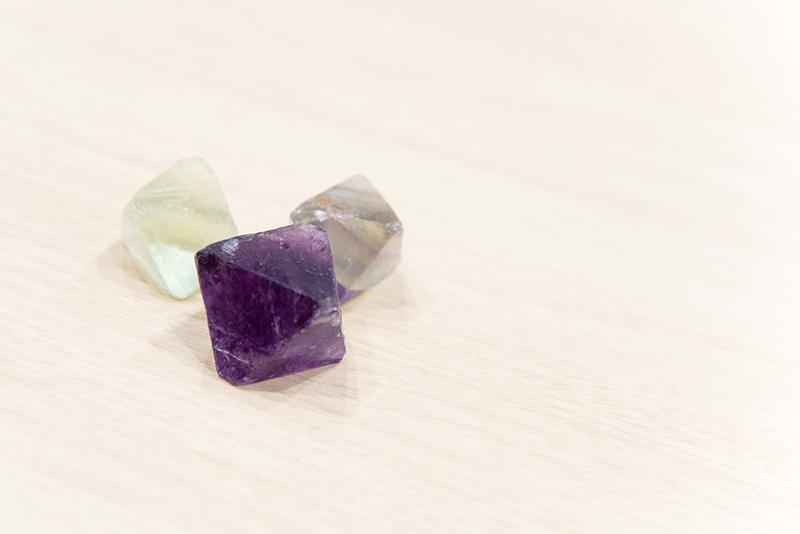 これが、GORE-TEX® ファブリクスの真の正体、「ホタル石」。中国などで採れる鉱物