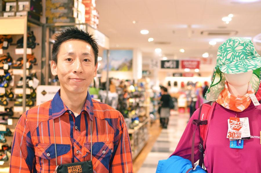 広々とした店内と飯沼店長。とても親切丁寧に教えていただきました。