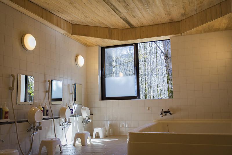 お風呂の天井は、なんとヒノキ。明るくて開放感がある。タオル販売もアリ