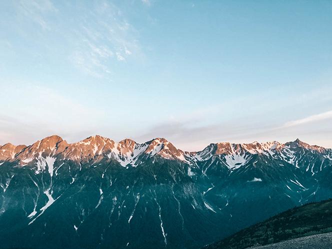 蝶ヶ岳の影を写し込む穂高連峰の朝焼け(提供写真)