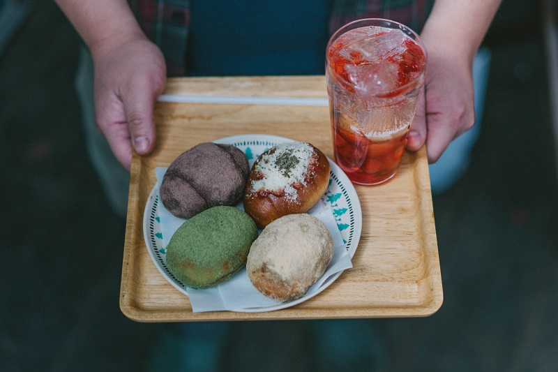 高見石小屋の揚げパン。手前右からきなこ、抹茶、ココア、チーズ
