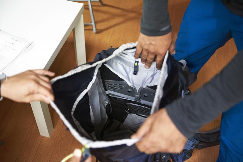 ワンアクションで開口できるバルトロの開口部。素早い荷物の出し入れが可能