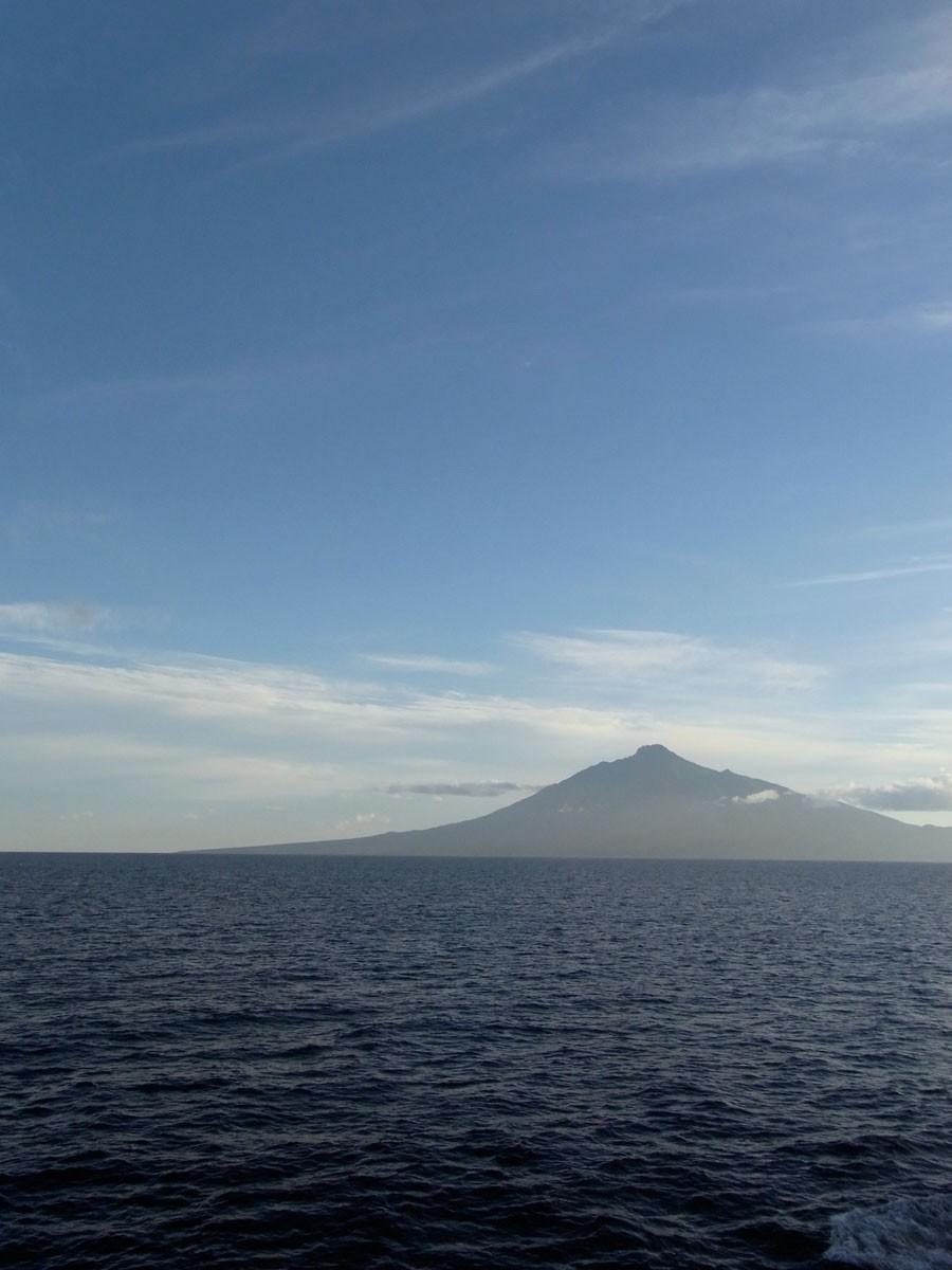 海に浮かぶ山のよう