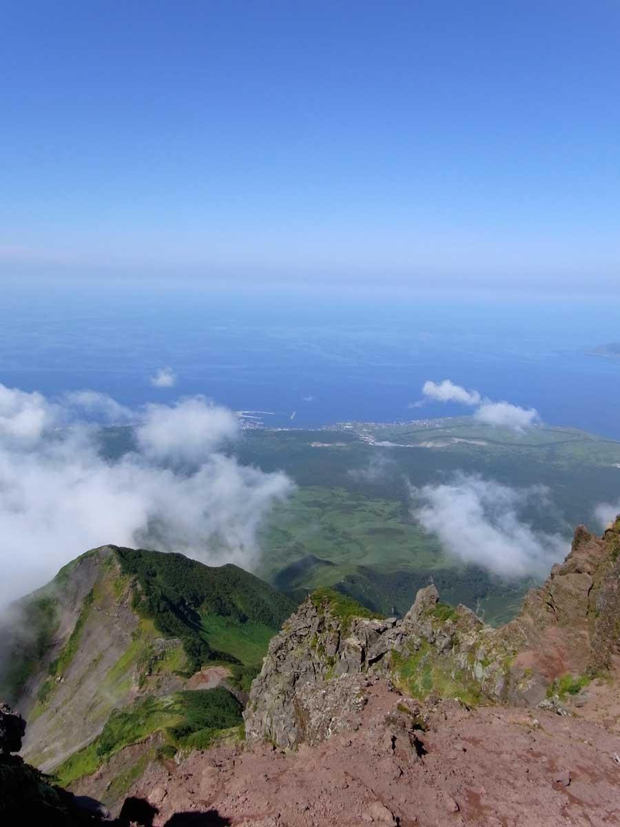 山頂は海を一望。島の緑と空の青のコントラストがたまらない!