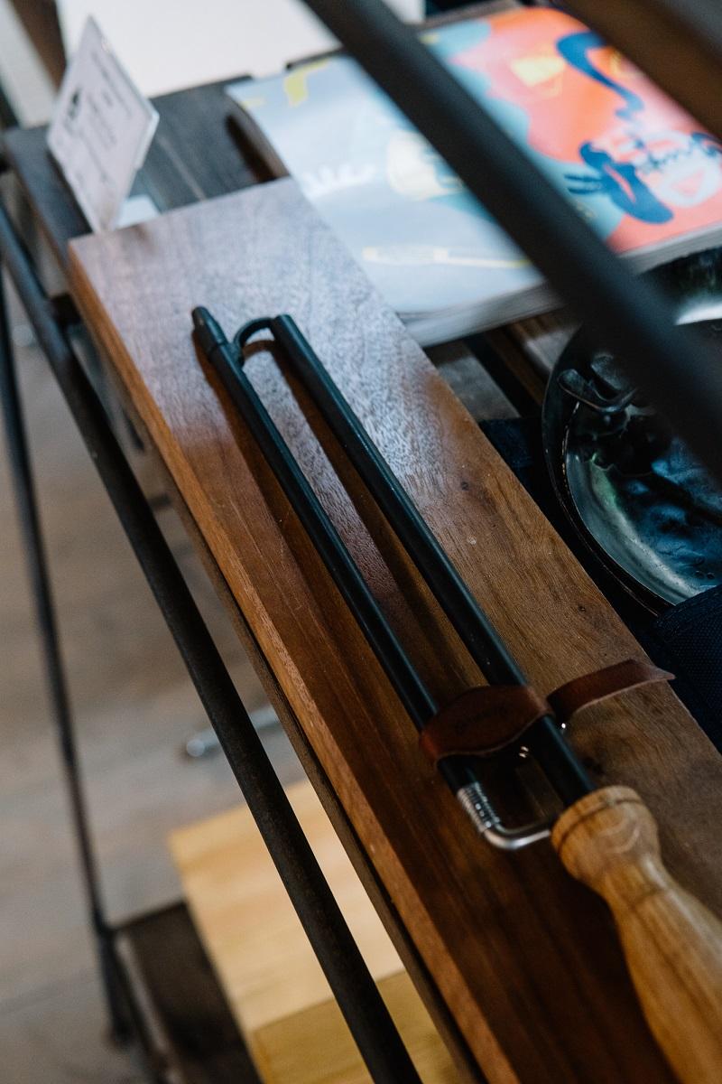 2本の棒を組み合わせて携帯性抜群の1本の火吹き棒となる「ブレス・トゥ・ファイヤ」