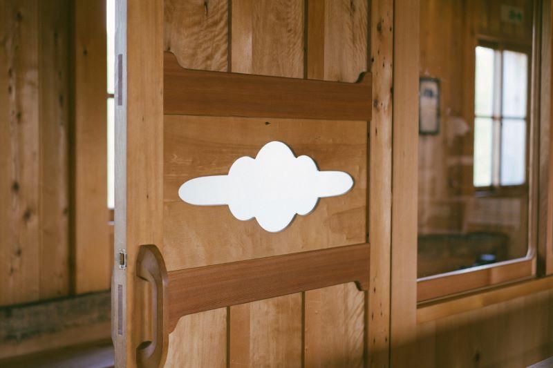 扉の造詣などは木工職人でもある兄・圭さんの作品