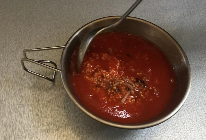 トマトジュースを注いだらこんな感じ。