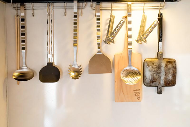 屋内のスタイリッシュな空間に違和感のないアウトドアメーカーのクッキングツールたち。メーカーや素材感を合わせることで統一感が出る