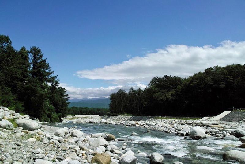 キャンプをしたのは太田切川のほとり。中央アルプスの伏流水が流れこむ。