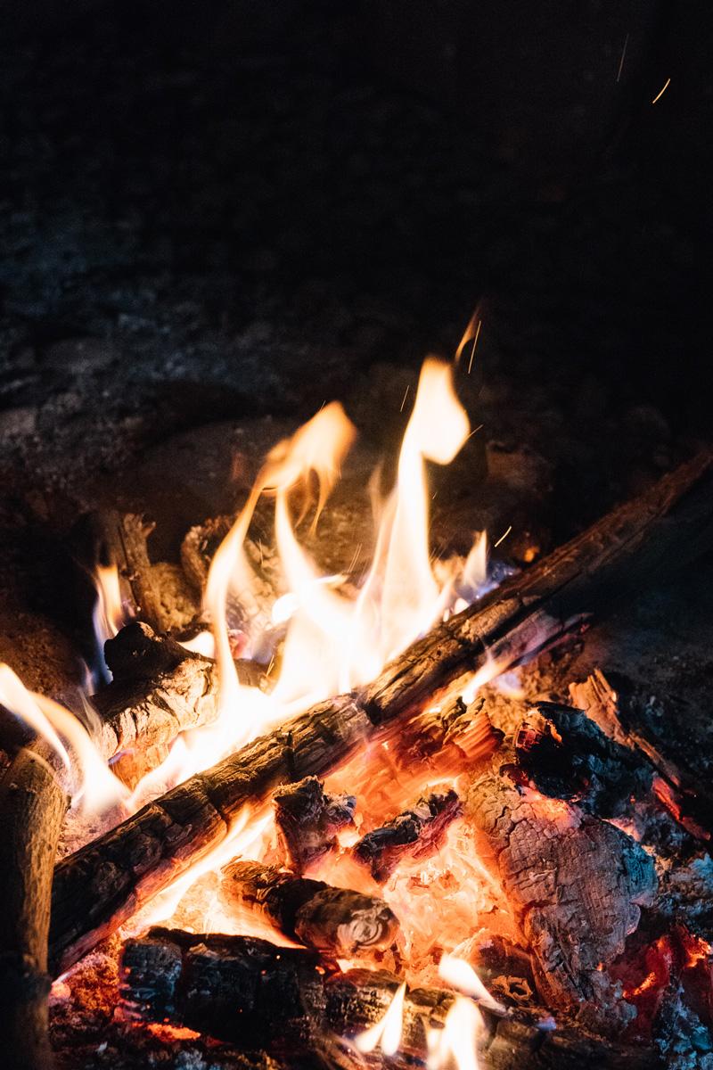 庭には雨でも焚火を楽しめる場所がある