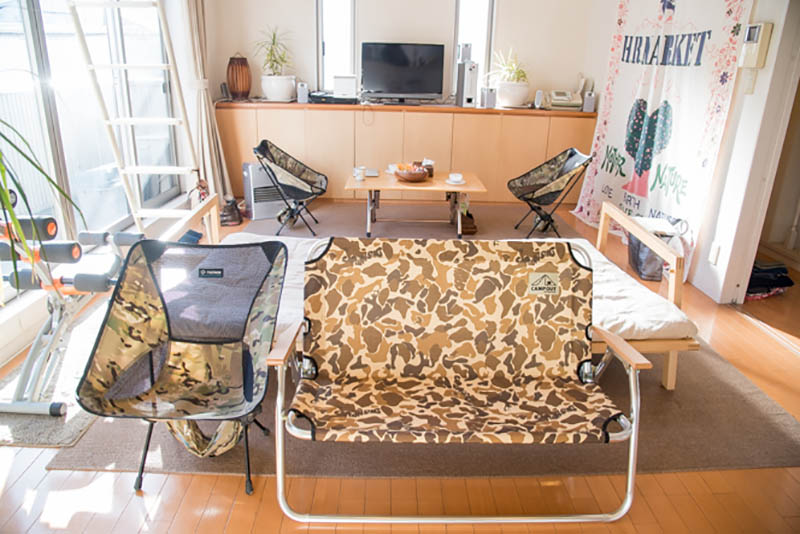 リビングには、コールマンの折りたたみテーブルに、ヘリノックスのチェアー3脚とキャプテンスタッグのベンチ。軽量&コンパクトで移動がしやすいため、来客時にレイアウトしやすく大活躍しているそう
