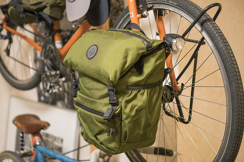 愛用しているサイドバッグは「フェアウェザー」。取り外すとバックパックとして背負うことができて、徒歩移動もらくちん。