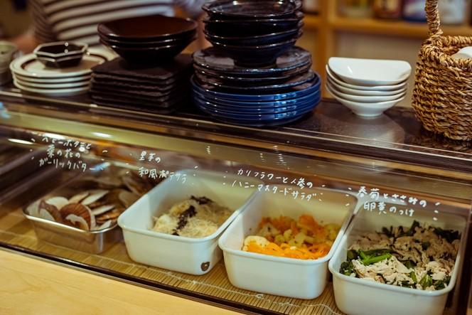 """お鮨屋さんのように見せられるカウンターにこだわって導入したという""""ネタケース""""。ここに旬のお惣菜が並びます"""
