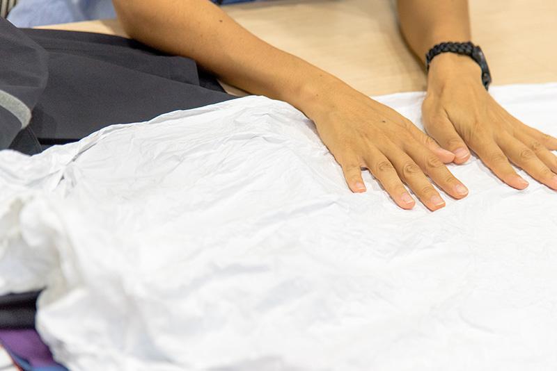ウェアの形に切り取る前は一枚の薄い布。1平方センチメートルあたり14億個以上の孔(あな)があり、これが優れた防水性、透湿性、防風性 を生む