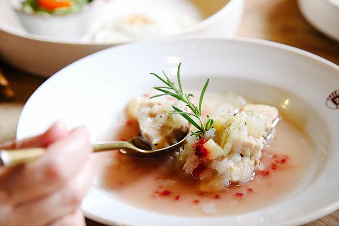 「桃と豚肉のシチュー」は長野産の桃にひと工夫加えた福田さんらしい夏の創作料理(提供写真)