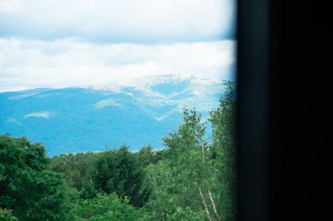 店から見えるのは北八ヶ岳よりさらに北に位置する車山。過去の噴火によって山頂の鉢が斜めに崩れているのが特徴的