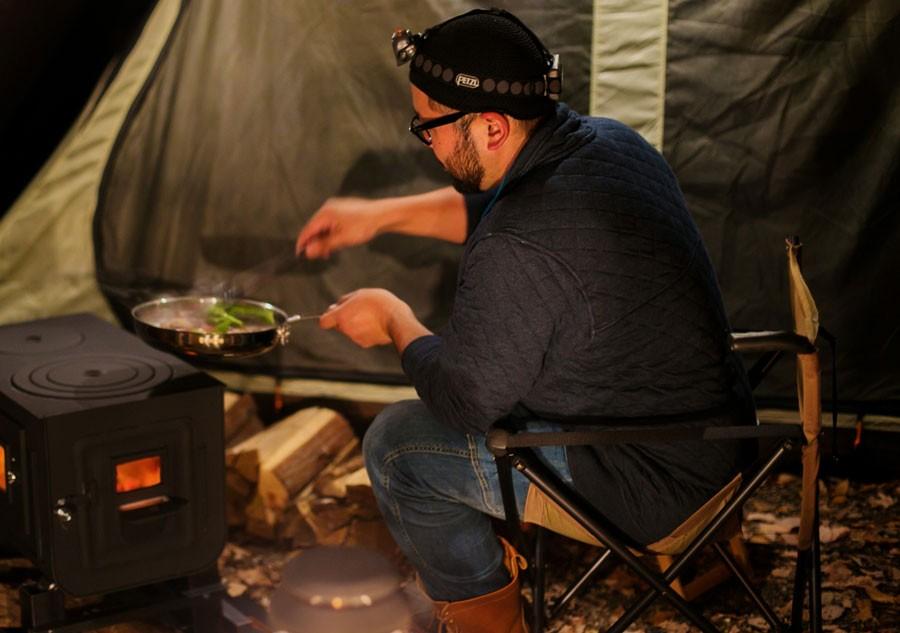 薪ストーブで料理を振る舞ってくれたライジングフィールド軽井沢の太田さん
