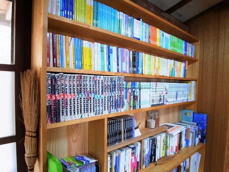 おさむさんお手製本棚には、山の本から漫画、小説までズラリ