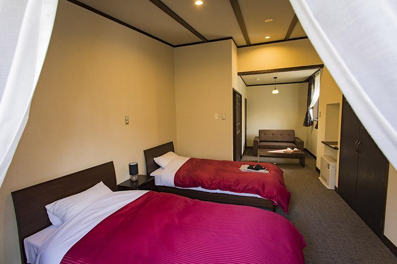 広々とした洋室は、徳澤ロッジで最も高いグレードのお部屋。トイレ、洗面台、テラス、ソファー、コンセントを完備。ホテルさながらだ