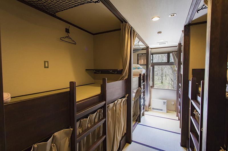 折りたたみ式テーブルが前後にあり、天井にはギアネットも完備。限られたスペースを効率よく、快適に使えるよう配慮されている