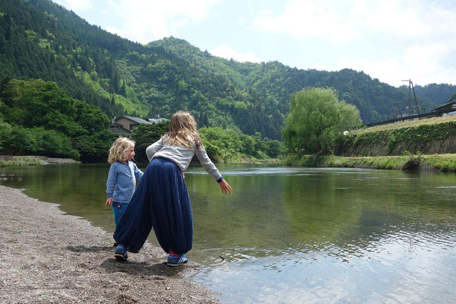 川で水切りをしたり