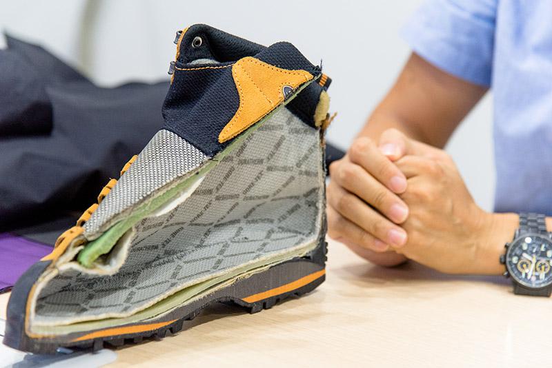 「登山靴の場合は、もっと複雑で大変」と市塚さん。使用する他素材が水を吸い上げるものではいけないため、アッパーや靴紐の素材も厳格なテストをクリアしなければ商品化できない